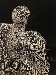 beleuchtete Skulptur auf dem Campus Westend Frankfurt